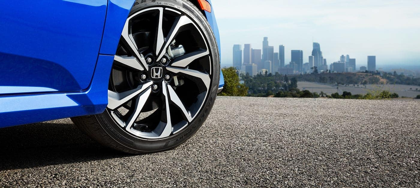 2019 Honda Civic Si with 18-inch wheels and brakes
