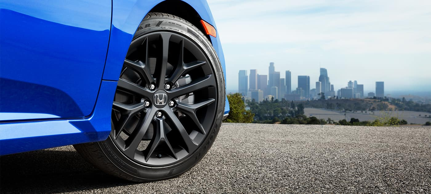 2020 Honda Civic Si with 18-inch wheels and brakes