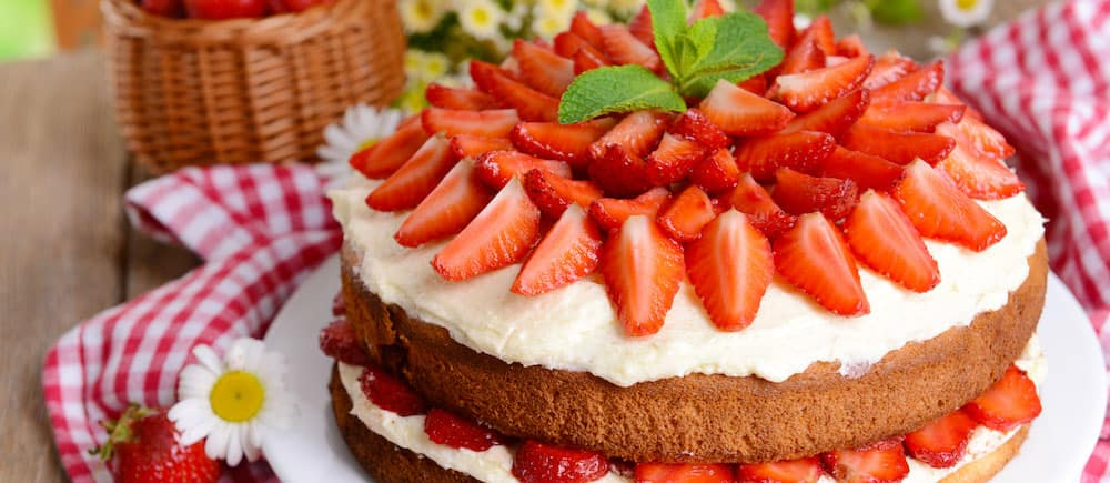 Biscuit Cake With Strawberries_48739827