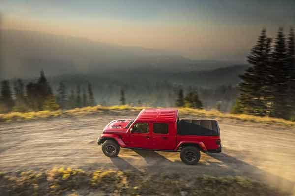 2020 Jeep Gladiator sideview driving